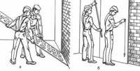 Отделка стен гипсокартонными листами под правило: а - установка листа на гипсовом растворе; б - прижатие листа правилом и проверка вертикальности отвесом